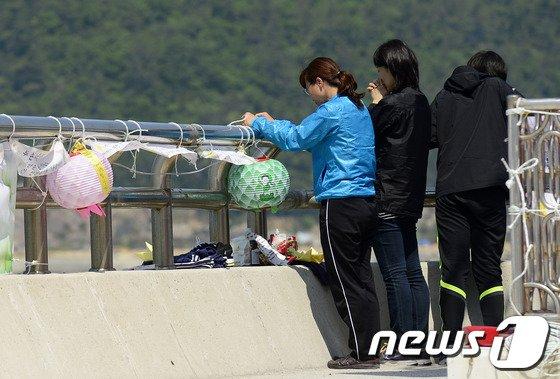 세월호 침몰 사고 33일째인 18일 오전 전남 진도군 팽목항에서 실종자 가족들이 사고해역을 향해 아이들이 돌아오기를 염원하며 기도하고 있다. 2014.5.18/뉴스1 © News1   박지혜 기자