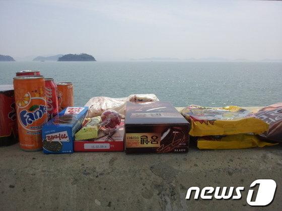 18일 오후 전남 진도군 팽목항의 방파제 위에 한 부모가 실종된 학생을 위해 준비한 간식이 놓여있다. © News1   문창석 기자