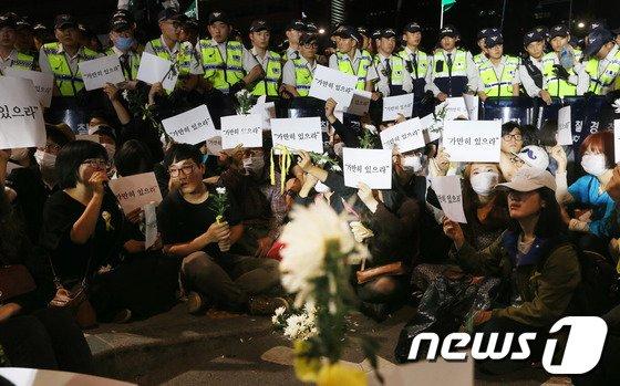 [사진]경찰과 대치한 '가만히 있으라'