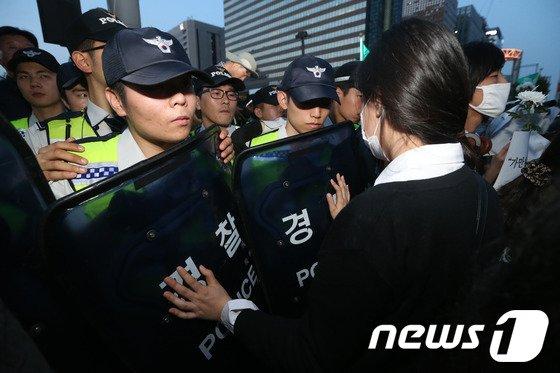 [사진]'경찰 막은 두 손'