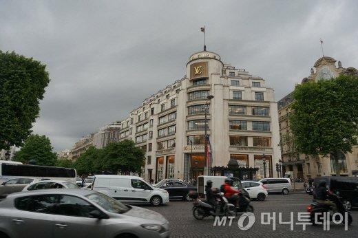 루이비통 본점으로 널리 알려진 파리 조르주  5세 거리에 위치한 루이비통 매장. 이 건물 인근에 아해프레스 프랑스 사무소 입주건물이 위치해 있다.