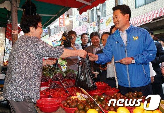[사진]송영길 '과일은 전통시장에서'