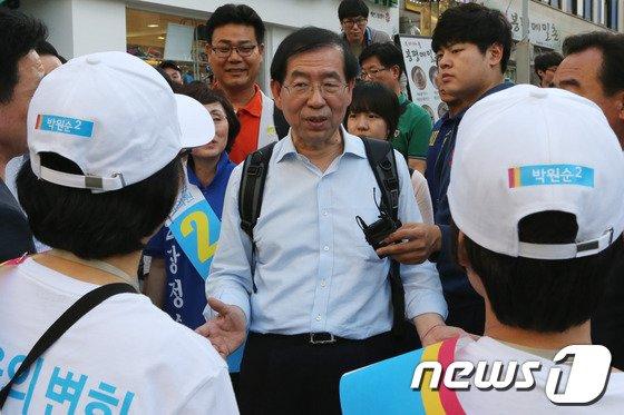 [사진]선거운동원 만나는 박원순 후보