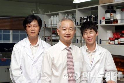 나노캠텍은 백운필 대표(가운데)가 2000년초 대학원생 3명과 함께 실험실에서 창업한 회사다.