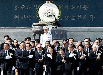 이명박 전 대통령의 부인 김윤옥 여사(가운데) / 사진=온라인 커뮤니티