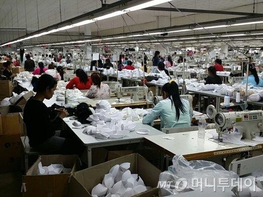 캄보디아에 진출해 있는 한국계 기업은 대부분이 방직회사들이다. 프놈펜에 있는 '좋은사람들' 현지 공장 모습./=김진형 기자