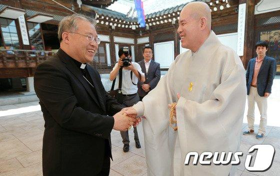 [사진]염수정 추기경, 7대종단 지도자 만나 교황 방한 협조 요청