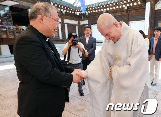 [사진]염수정 추기경, 7대종단에 교황방한 협조 요청