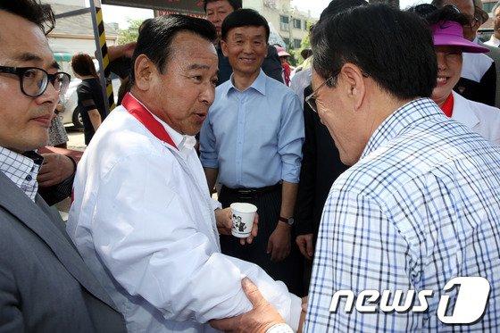 [사진]대전 유권자들 만난 이완구 비대위원장