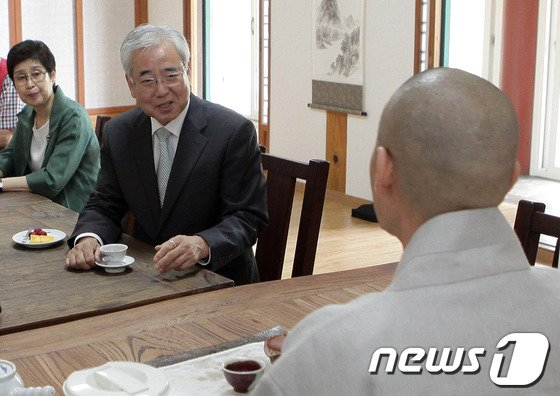 [사진]원학 주지스님과 이야기 나누는 문용린 후보
