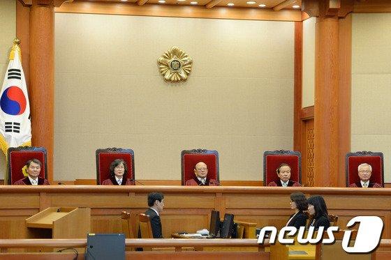 박한철 헌법재판소장과 헌법재판관들이 29일 오후 위헌법률심판사건 및 헌법소원심판사건에 대해 선고하기 위해 서울 종로구 재동 헌법재판소 대심판정에 들어서고 있다.  © News1   정회성 기자