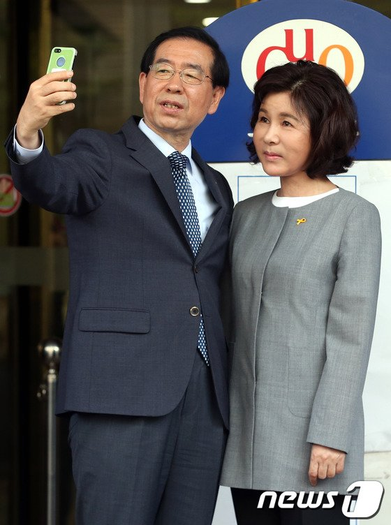 [사진]박원순 후보 내외 '투표 인증샷 찰칵'