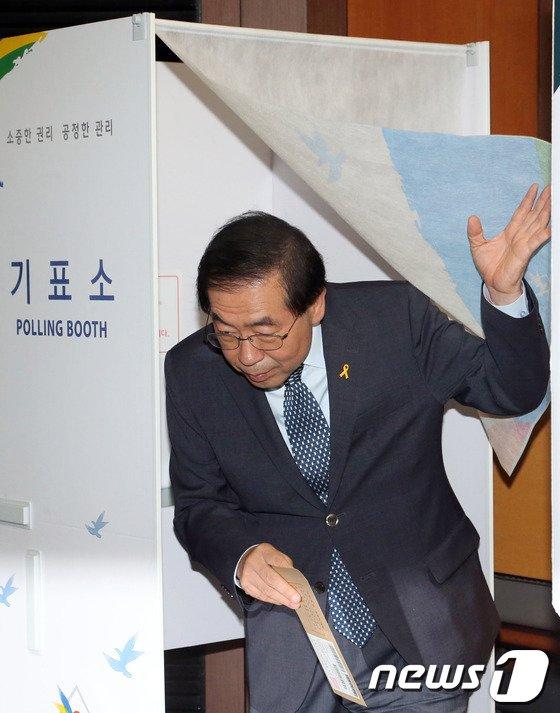 [사진]사전투표하는 박원순 서울시장 후보