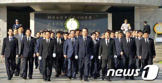 [사진]19대 후반기 국회의장단 현충원 참배