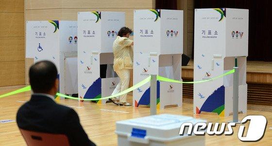 [사진]전국동시지방선거 사전투표 시작