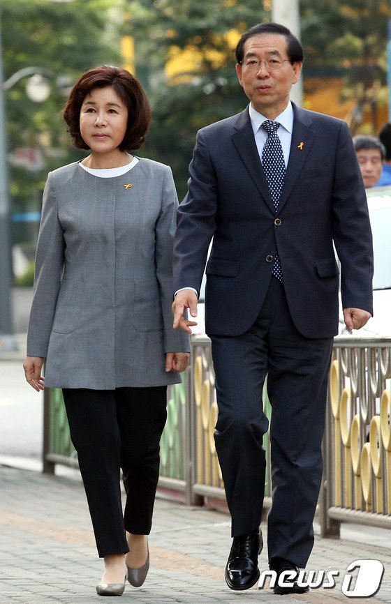 [사진]박원순 후보 내외 '사전투표소로..'