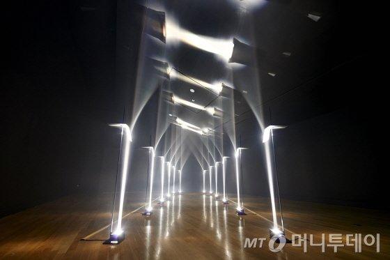 대림미술관 트로이카展 ArcadesLenses, lights, aluminium, steel, 247x600x315cm, 2012 ⓒTroika, 2012
