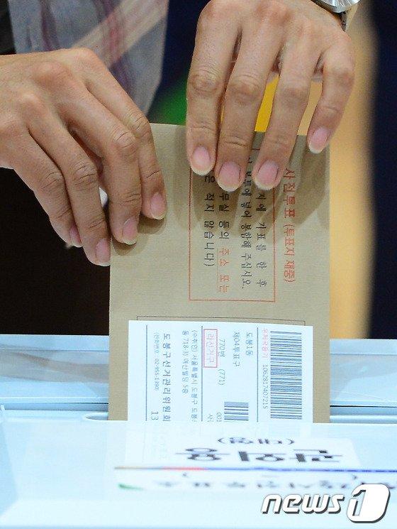 30일 오전 경기도 의정부시청에 마련된 6.4 전국동시지방선거 사전투표소에서 시민들이 투표를 하고 있다. 2014.5.30/뉴스1 © News1   양동욱 기자