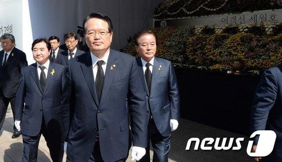 [사진]19대 후반기 국회의장단, 세월호 희생자 분향소 조문