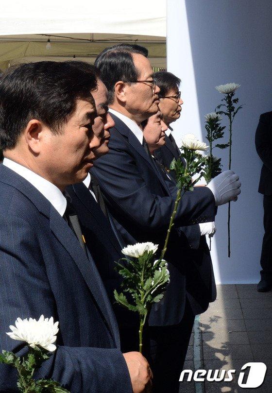 [사진]헌화하는 국회의장단