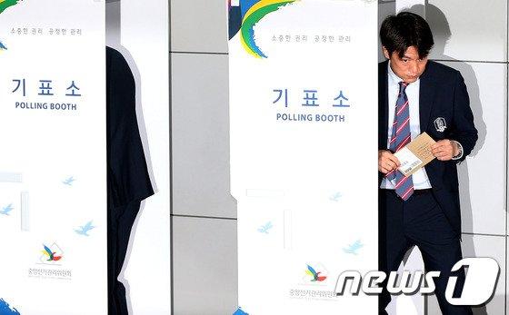 [사진]출국전 사전투표 마친 홍명보 감독