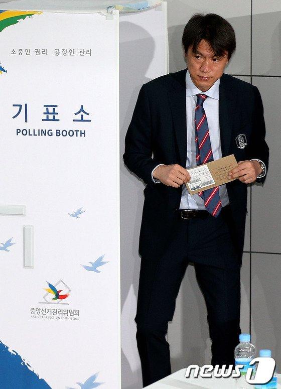 [사진]6.4지방선거 사전투표 마친 홍명보 감독
