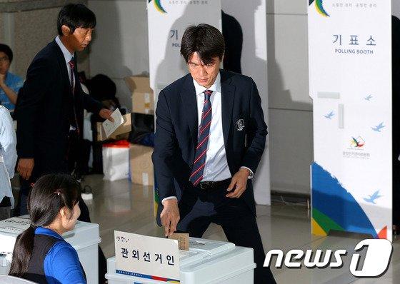 [사진]6.4지방선거 투표 마친 홍명보 감독