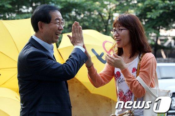 [사진]박원순 '사전투표 독려 캠페인, 하이파이브'