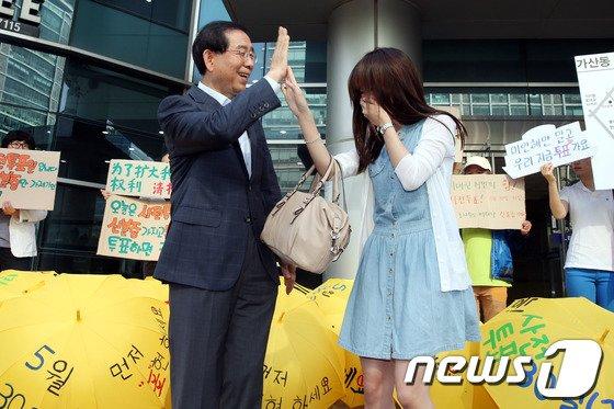 [사진]박원순 '하이파이브, 사전투표 독려 캠페인'