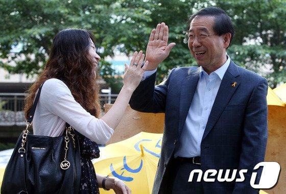 [사진]박원순 '사전투표 독려 캠페인, 모두 함께 하이파이브'