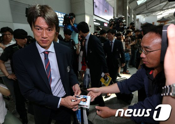 [사진]출국 전 사인 해주는 홍명보 감독