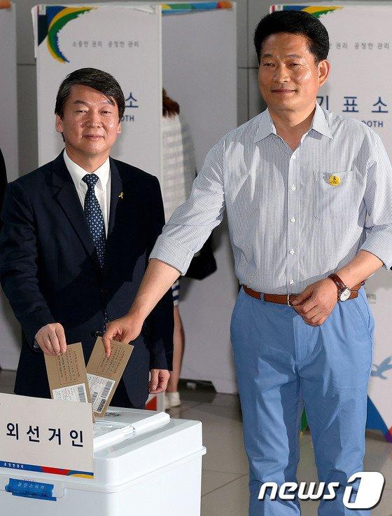 [사진]사전투표하는 안철수 대표와 송영길 후보