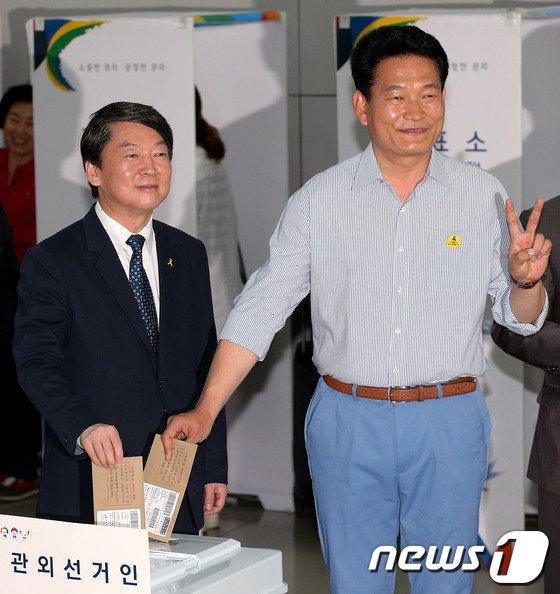 [사진]안철수-송영길, 인천공항에서 사전투표