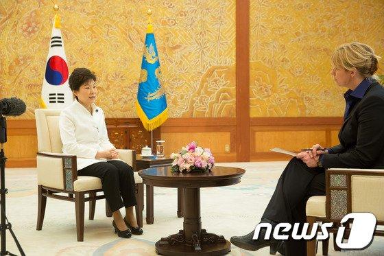 박근혜 대통령이 네덜란드 헤이그에서 열리는 핵안보정상회의 참석을 앞둔 지난 19일 청와대에서 네덜란드 최대 공영방송국인 NOS와 한반도 비핵화와 관련된 인터뷰를 하고 있다. (청와대 제공) 2014.3.24/뉴스1 © News1 박철중 기자