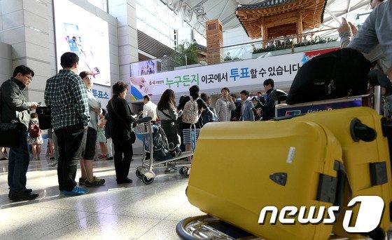[사진]사전투표 기다리는 여행객들