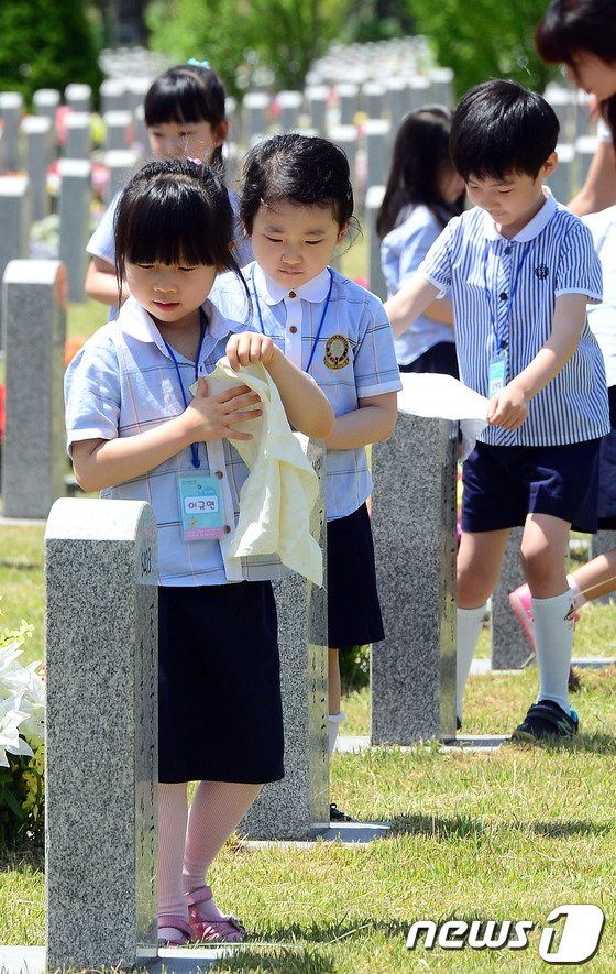 [사진]현충원 찾은 어린이들