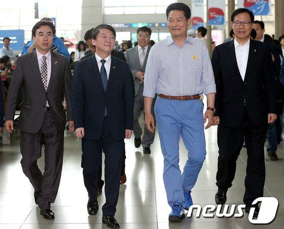 [사진]인천공항 사전투표소로 향하는 안철수-송영길