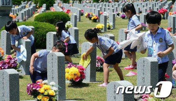 [사진]현충원 묘비 닦는 어린이들