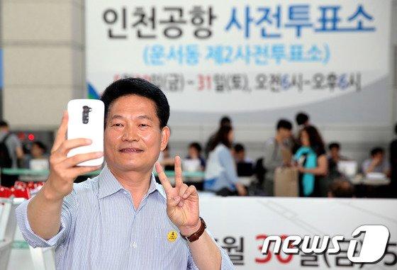 [사진]투표 인증샷 찍는 송영길 후보