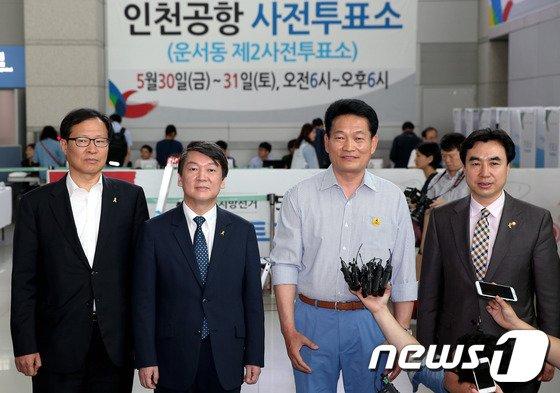 [사진]안철수-송영길, 인천공항 사전투표소 앞에서 인터뷰