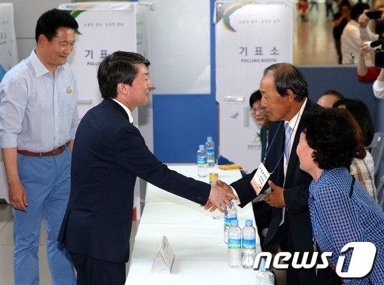 [사진]투표참관인들과 인사 나누는 안철수 대표