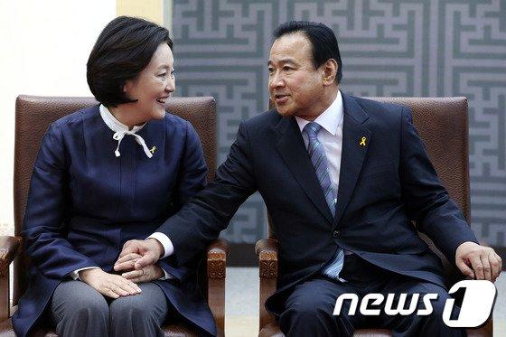 [사진]이완구-박영선 '웃고는 있지만'