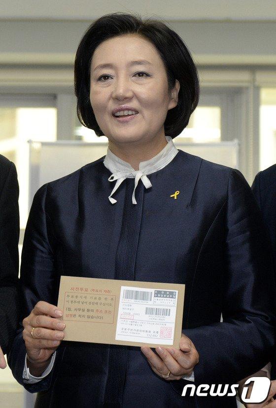 [사진]박영선 원내대표 '사전투표 합니다'