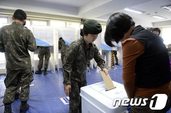 [사진]사전투표하는 여군