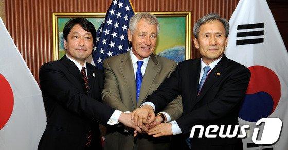 지난해 싱가포르 샹그릴라호텔에서 개최된 제12차 아시아 안보회의에 참석한 김관진 국방부 장관(오른쪽)이 척 헤이글 미국 국방장관, 오노데라 이쓰노리 일본 방위상과 회담에 앞서 기념촬영을 하고 있다. (국방부 제공) 2013.6.1/뉴스1 © News1