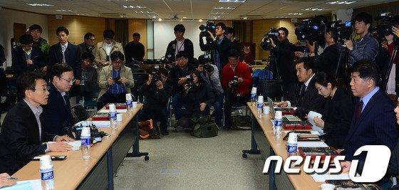 지난 3월 원격의료를 포함한 의정 협의안을 논의 중인 보건복지부(왼쪽)와 대한의사협회 협상단./뉴스1 © News1 양동욱 기자