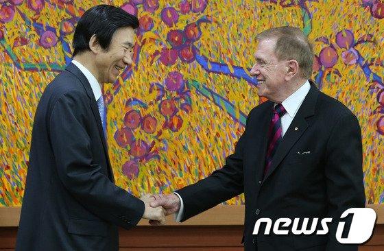 [사진]외교부 찾은 커비 전 북한인권조사위원장