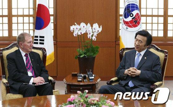 [사진]윤병세 장관, 커비 전 COI위원장과 회동