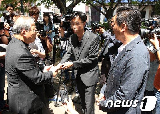 [사진]세월호 유가족 맞이하는 염수정 추기경