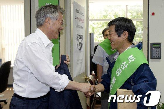 [사진]전태삼씨와 인사 나누는 문재인 의원